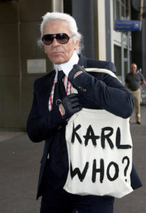 karl-lagerfeld-with-his-tote-bag